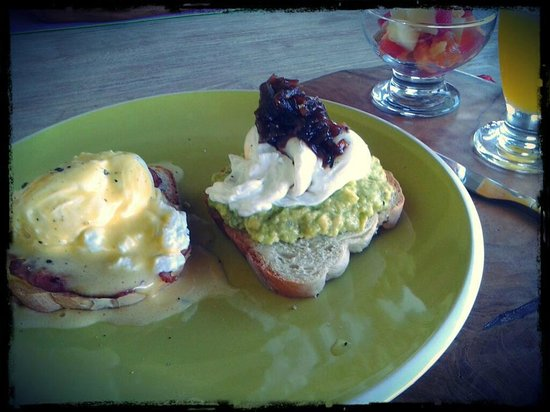 Homestay Bali Starling: Eggs benedict and avo toast