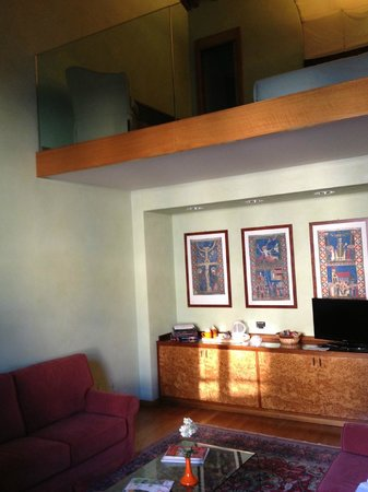 Hotel Ilaria: The upper loft, below mini bar