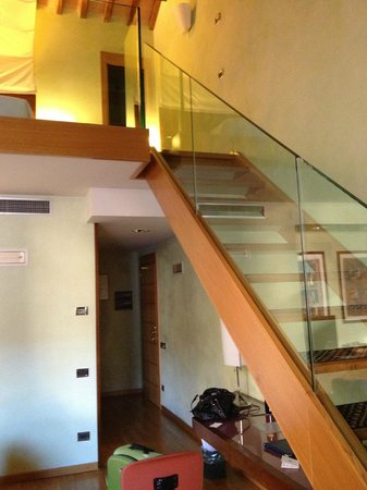 Hotel Ilaria: Stairs to the 'loft' bed area
