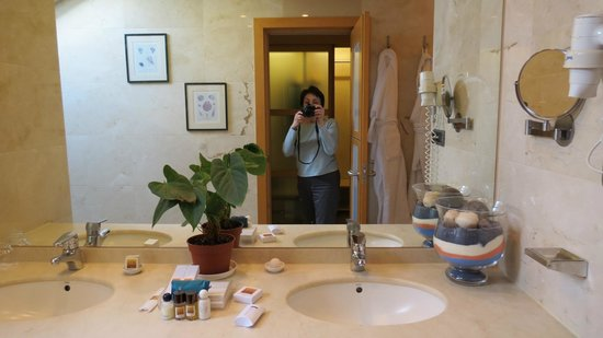 Hotel Preciados: Large bathroom