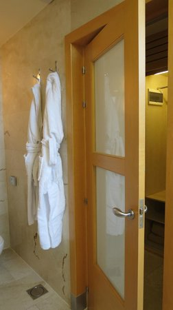 Hotel Preciados: Bathrobes and slippers (nice touch)