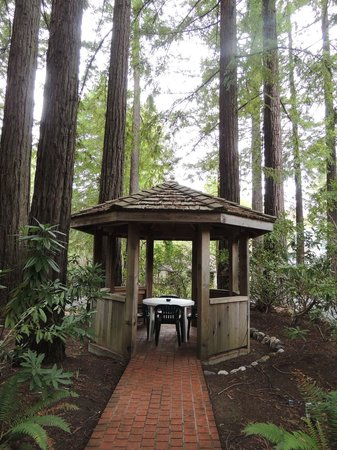 Miranda, Californië: One of the gazebos on the grounds