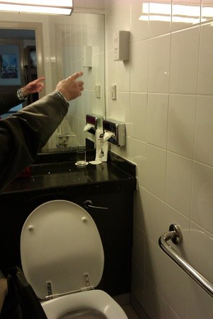 Jurys Inn Birmingham: shaver point in bathroom that has not ben lowered