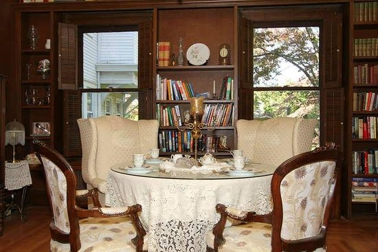 600 Main, A B&B and Victorian Tea Room: Library