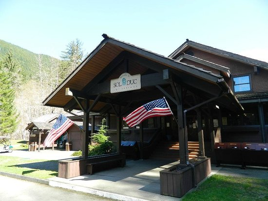Sol Duc Hot Springs Resort: entrance to main lodge