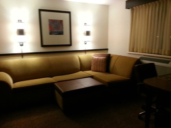 Hyatt Place Milwaukee Airport: Sitting area.