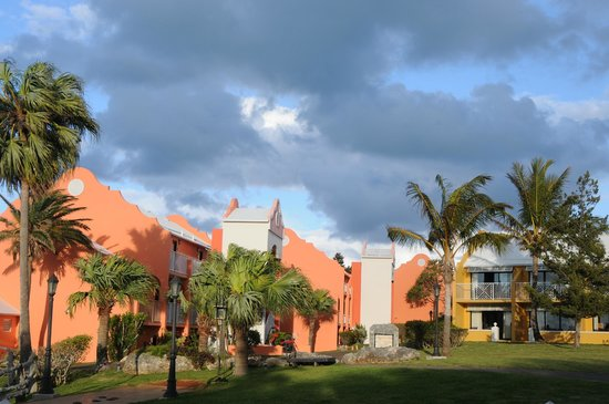 Grotto Bay Beach Resort: Some of the buildings the rooms are in.