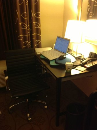 Hampton Inn &amp; Suites Chattanooga / Downtown: Desk - Working Area In Room