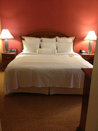 Los Angeles Airport Marriott: Bed Suite 4073