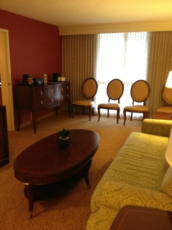 Los Angeles Airport Marriott: Sitting Area Suite 4073
