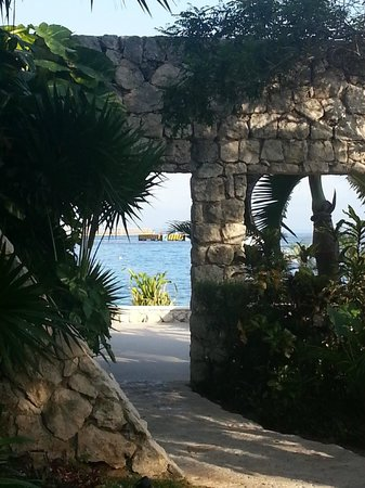 Park Royal Cozumel: Cool archway on the path to the left side pool.
