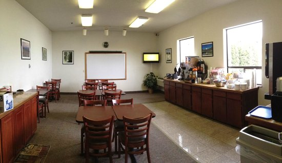 Super 8 Port Angeles: Breakfast and Meeting Room