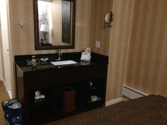 Hotel Griffon: sink (near bed)