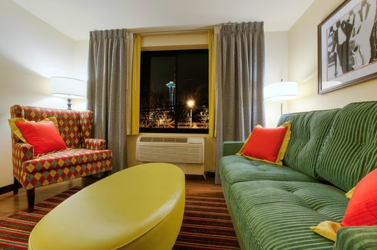 The Maxwell Hotel Seattle: Sitting area in an Ensemble Suite at The Maxwell Hotel