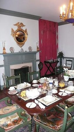 Peake-Fairfax House Bed&amp;Breakfast: set for breakfast