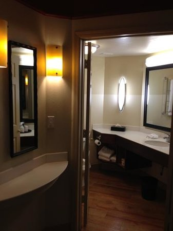 La Quinta Inn &amp; Suites Alexandria Airport: Rm 331 entryway: bath on right, living area left