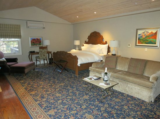 L&#39;Auberge de Sedona : Our room (champage/strawberries for our anniversary were complimentary) 