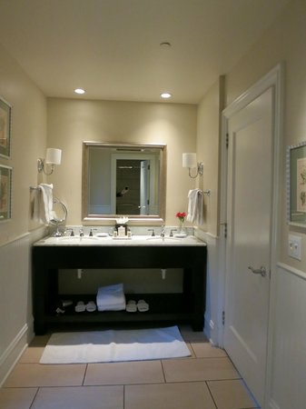 L'Auberge de Sedona: Nice bathroom for 2