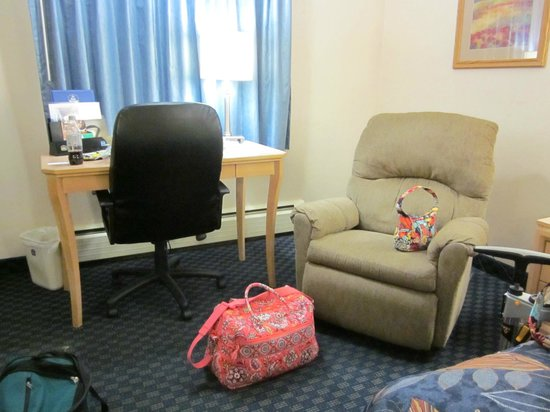 BEST WESTERN PLUS New Englander Motor Inn: Recliner, Desk, and Chair