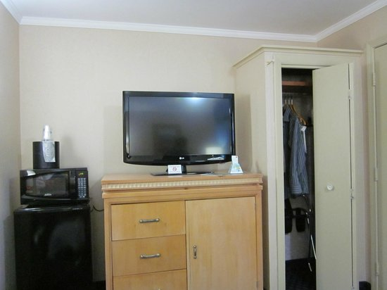 BEST WESTERN PLUS New Englander Motor Inn: Mini fridge, Microwave, TV, Closet