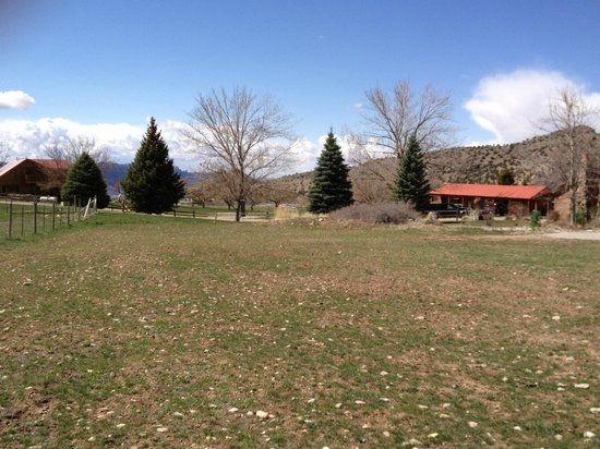 Kokopelli Lodge & Suites: View of the cabin from the adjacent field