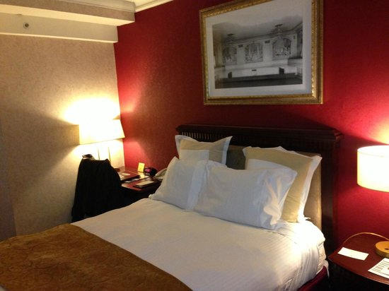 The Roosevelt Hotel: Comfortable bed and small desk