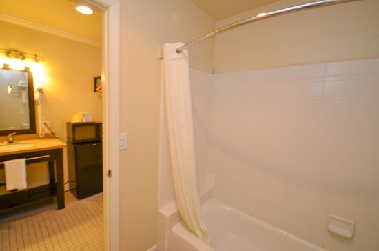‪‪Bay Front Inn‬: Our clean bathrooms...‬