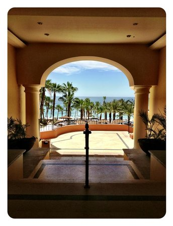 Hilton Los Cabos Beach & Golf Resort: View of grounds from inside the hotel