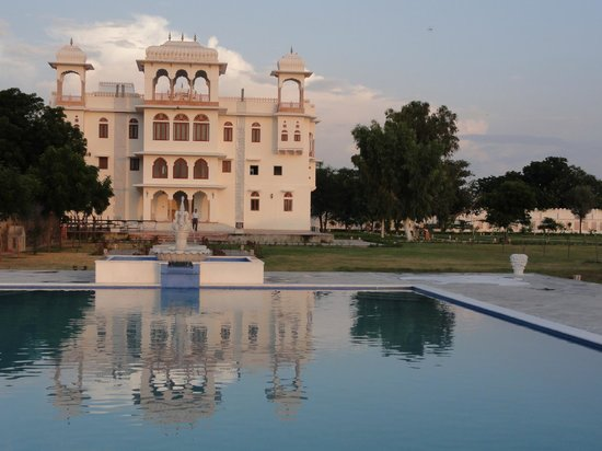 Dausa, India: swimming pool area