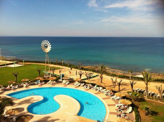 Pernera Beach Hotel: la piscine et accs direct a la plage