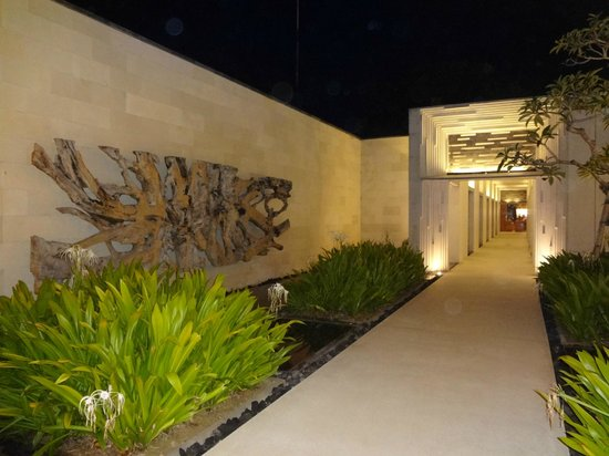 Alila Villas Uluwatu: Corridor @ Night