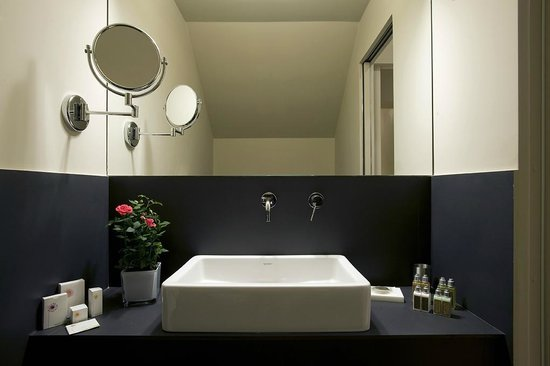 Crossing Condotti: Junior Suite&#39;s Bathroom