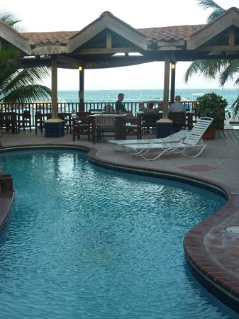 SunBreeze Suites: Pool and restaurant