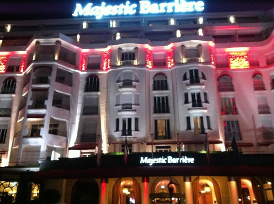 Majestic Barriere Cannes : Vista frontal do hotel