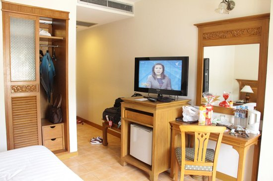 Krabi Heritage Hotel: TV and fridge underneath