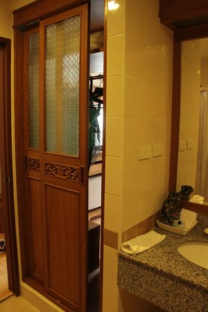 ‪‪Krabi Heritage Hotel‬: Wardrobe can be accessed from bathroom and room‬