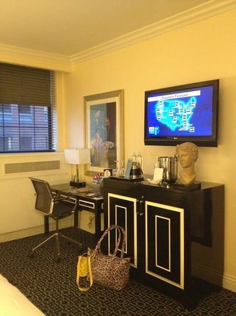 The Muse Hotel New York: king room desk & mini bar