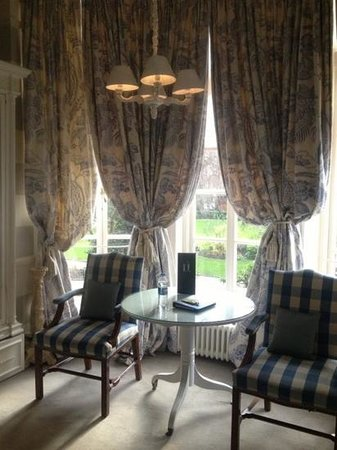No.11 Cadogan Gardens: charming furnitures in room