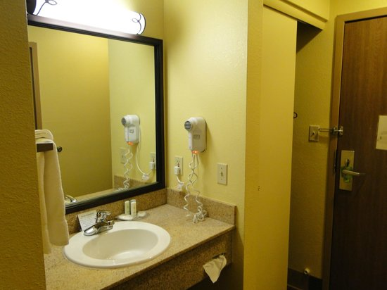 Comfort Inn Flagstaff: Separate Vanity, closet area
