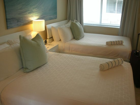 The Ocean Gate Hotel: Beautiful beds with a gorgeous view!!