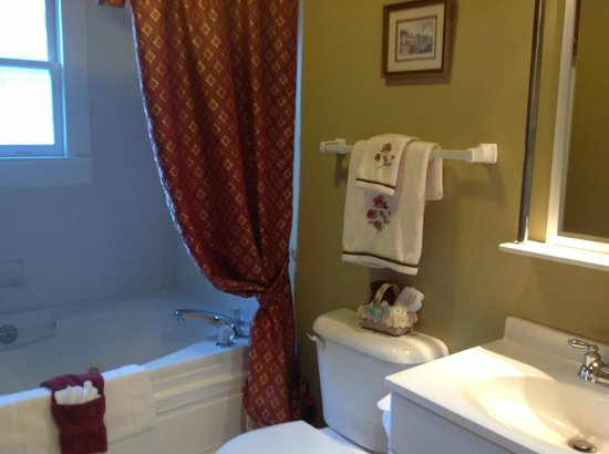 Fibber MaGee&#39;s Riverfront Inn: #5 Jacuzzi  Bathroom