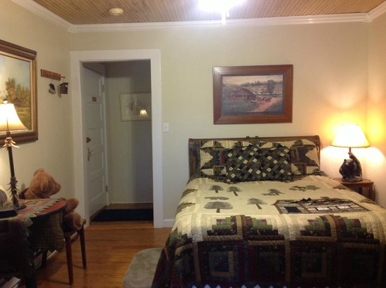 Fibber MaGee&#39;s Riverfront Inn: Queen Room #8