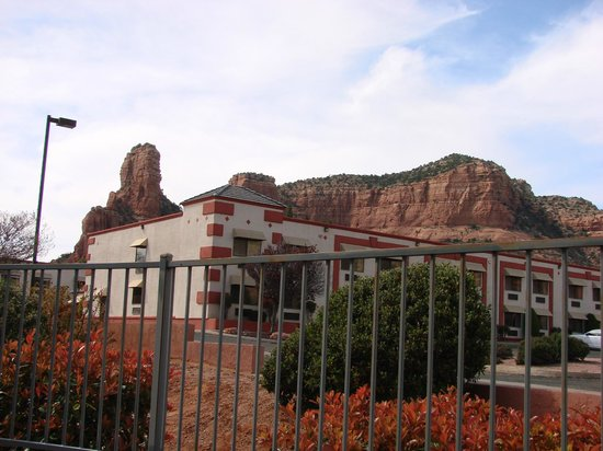 Bell Rock Inn: View of mountains behind Inn