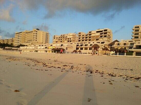 Villas Marlin : view of the condos from the beach 