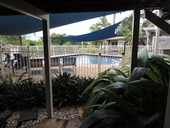 Airlie Apartments: pool area