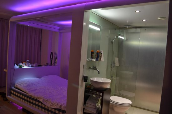 Qbic Hotel Amsterdam WTC: our room with violet lights