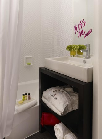 Hotel Diva : Renewly remodeled bathrooms 