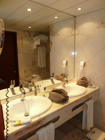Holiday Inn Lisbon - Continental: zona lavabo con rubinetteria e prodotti