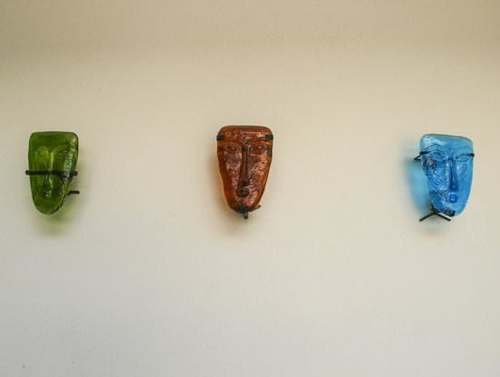 Casa del Las Bugambilias B&B: Glass faces in the courtyard