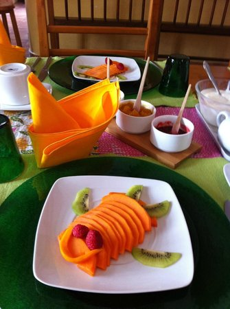 Casa de los Milagros B&B: An elegant table setting and delicious fresh fruit.